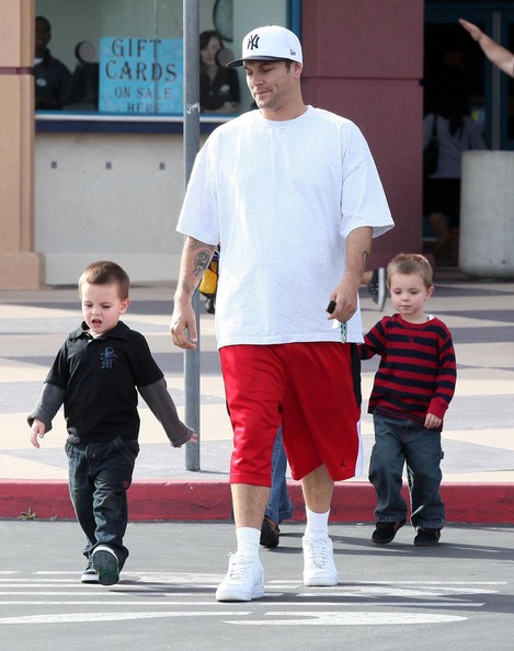 Kevin Federline with his sons